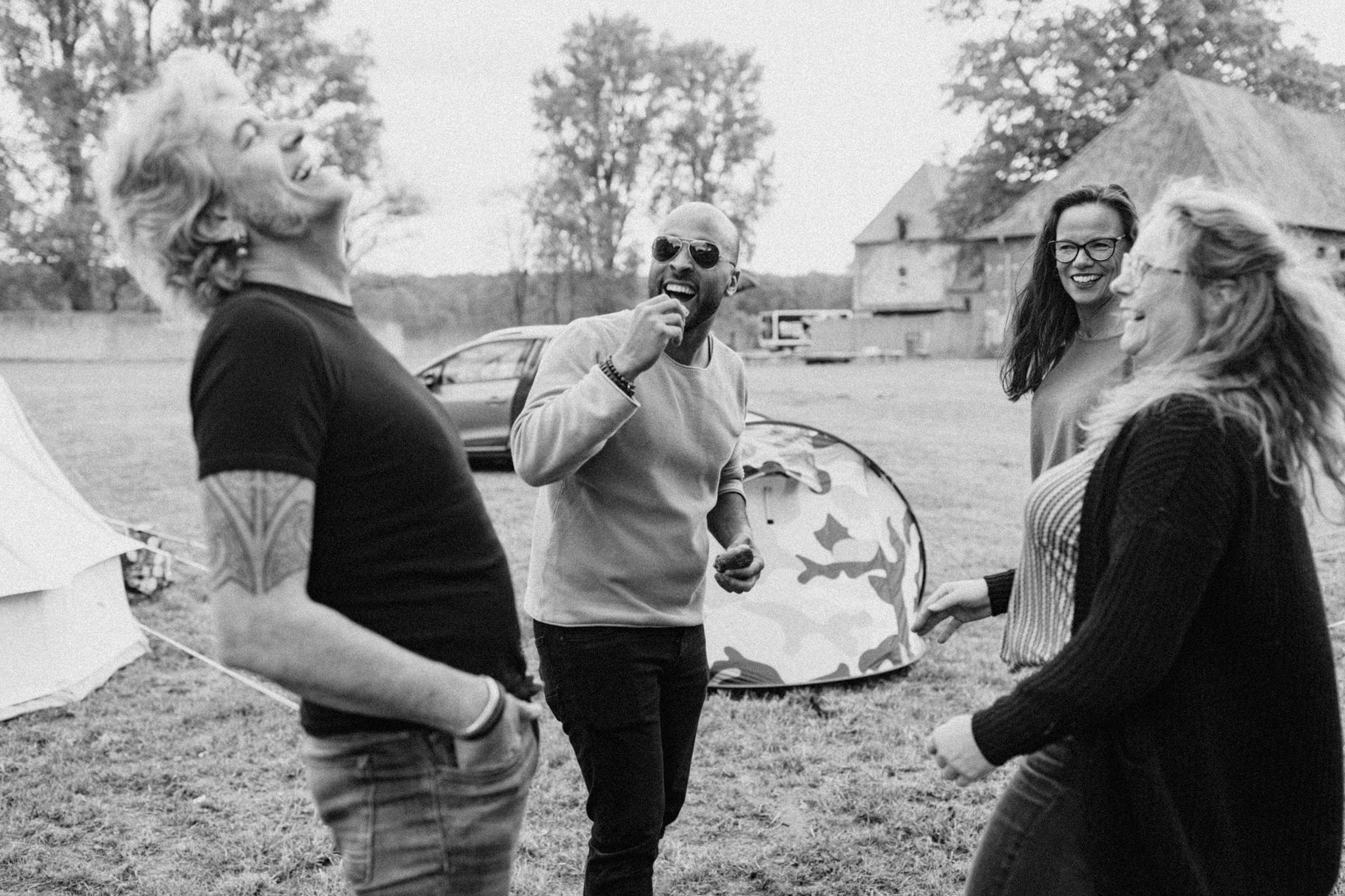 Bruidegom en gasten lachen bij Kloster Graefenthal