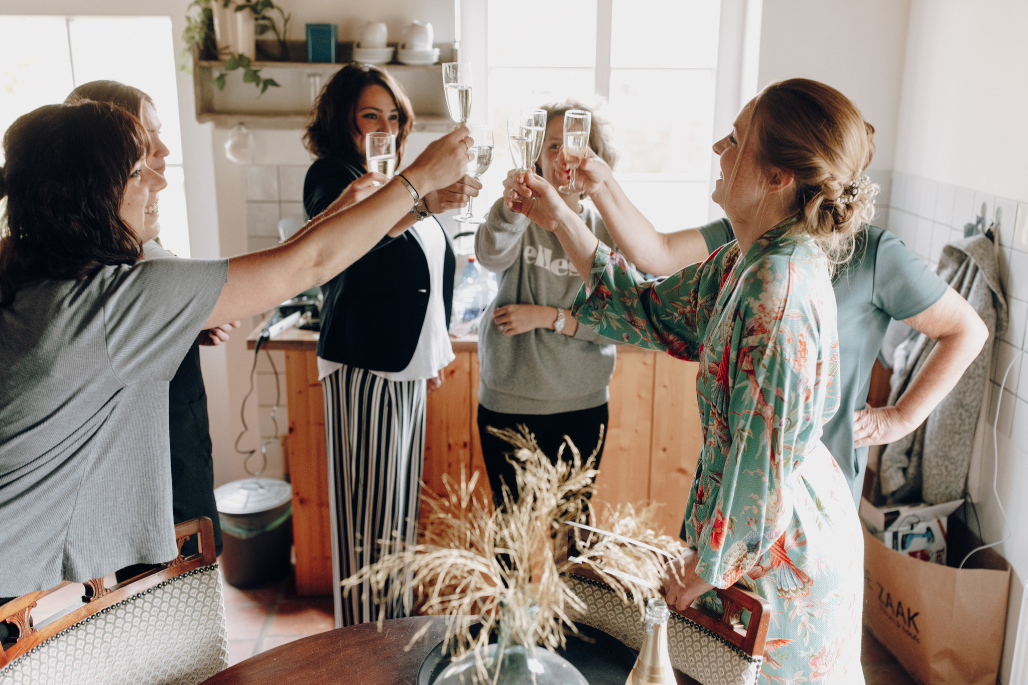 Bruid proost met vriendinnen en familie