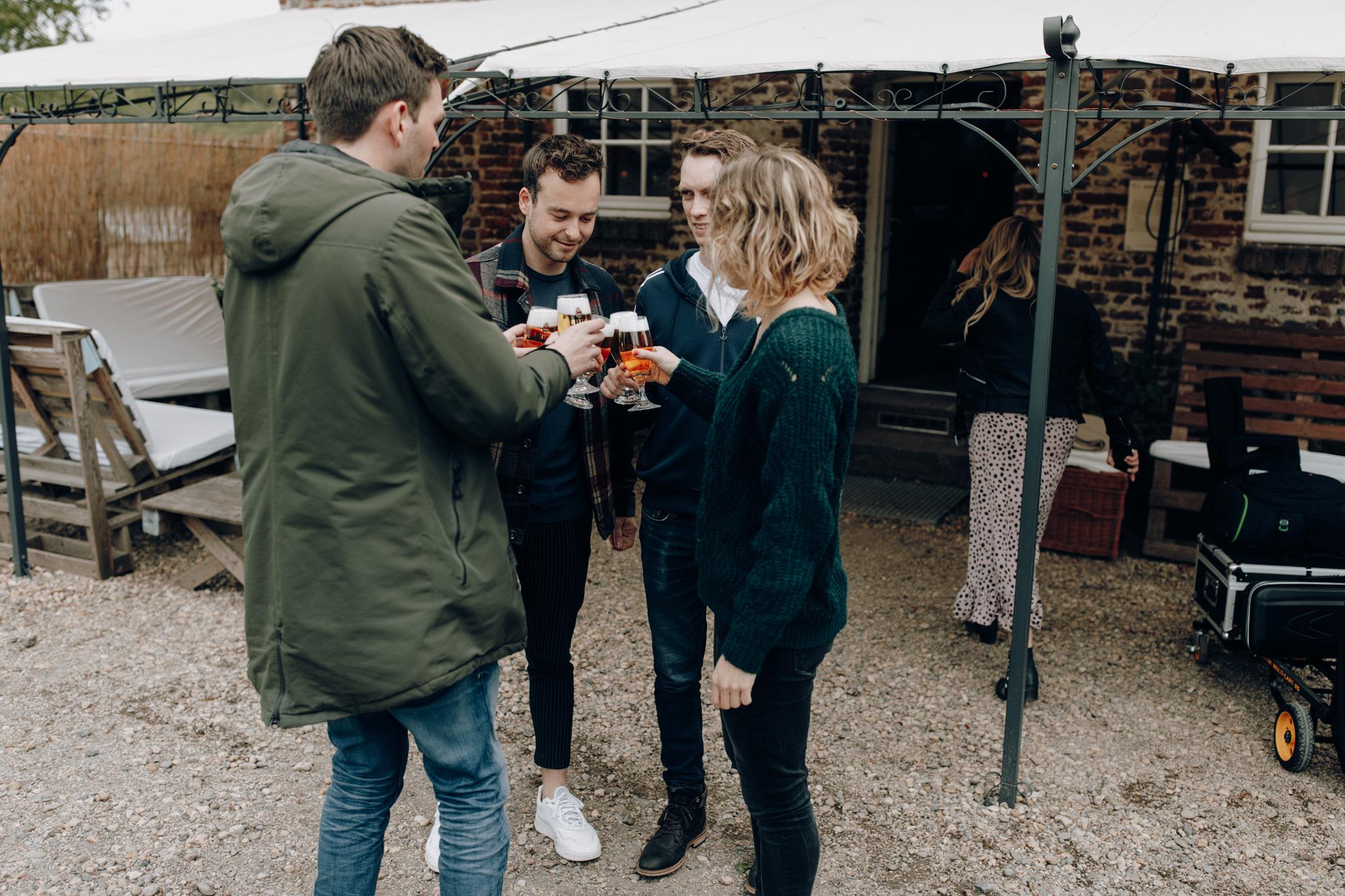 Gasten proosten tijdens bruiloft bij Kloster Graefenthal