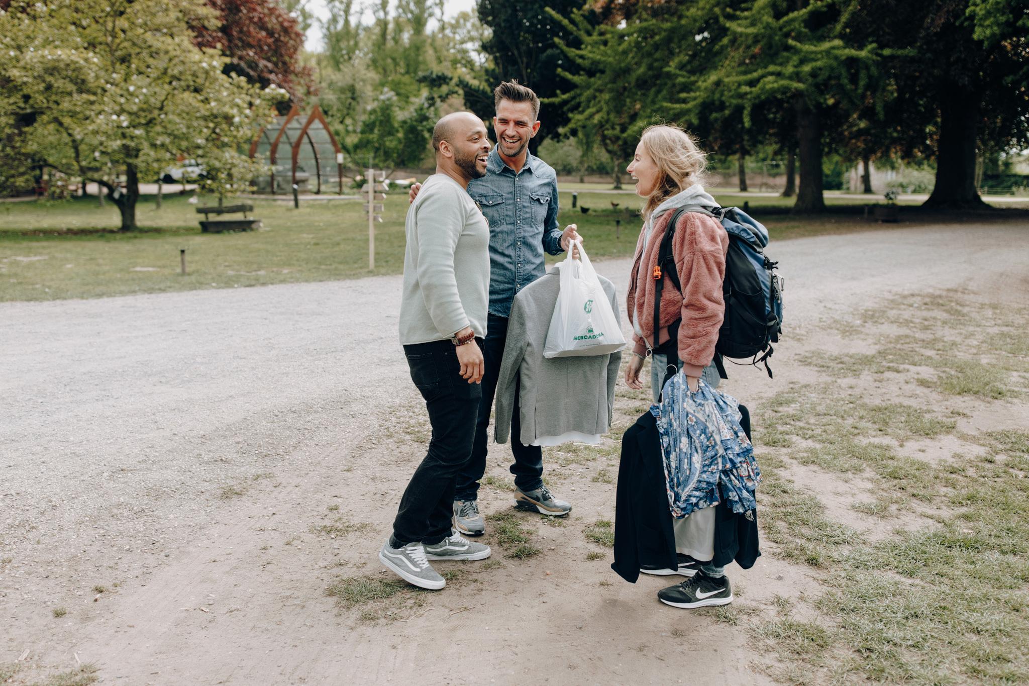 Bruidegom verwelkomd gasten op Kloster Graefenthal