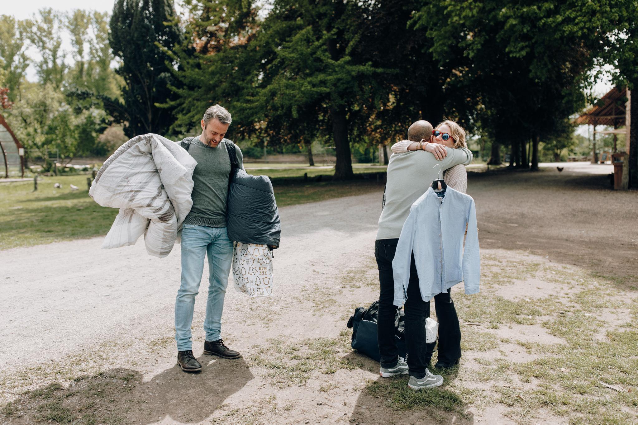 Bruidegom knuffelt gasten bij aankomst op Kloster Graefenthal