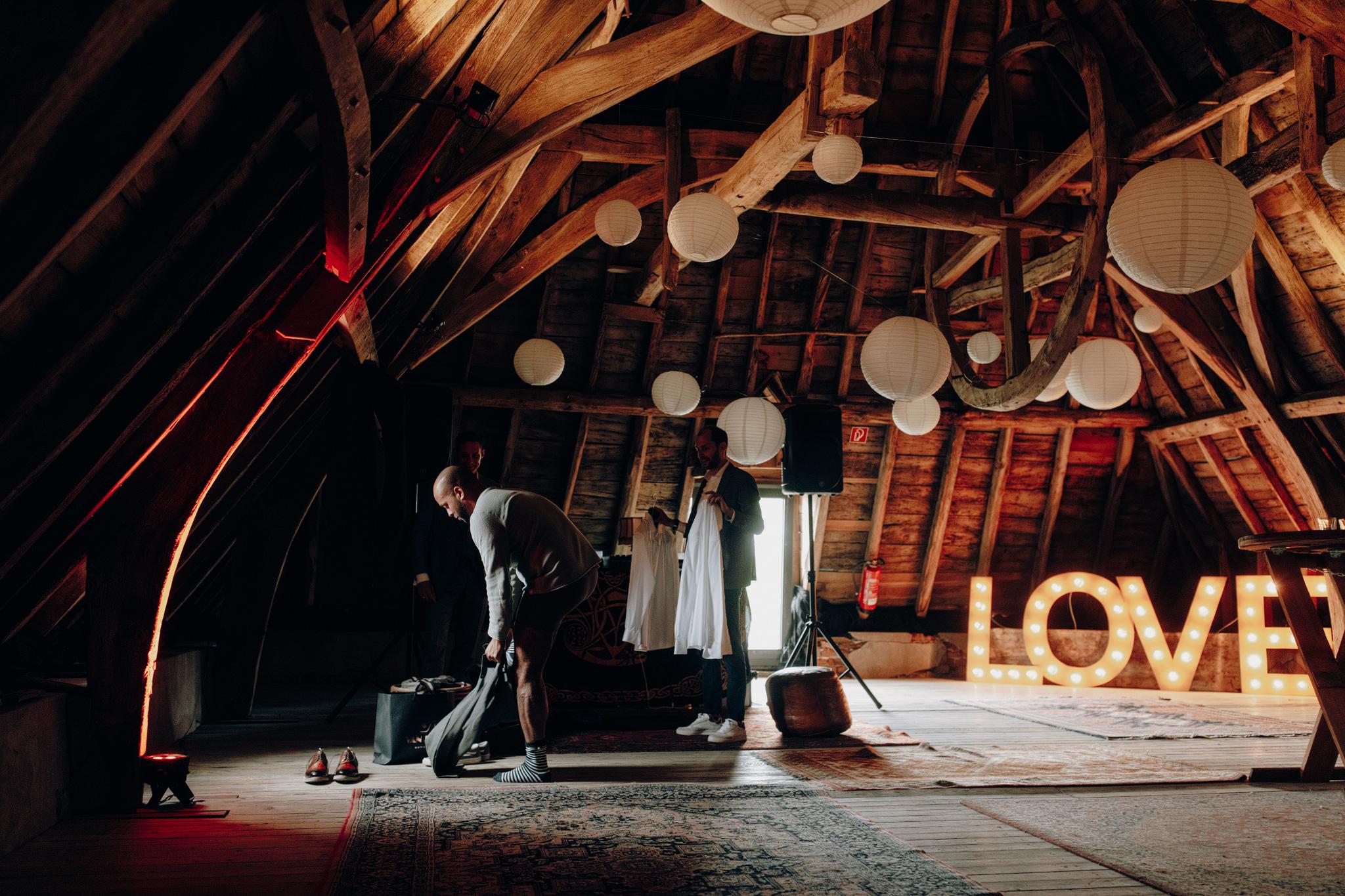 Bruidegom kleedt zich aan bij Kloster Graefenthal