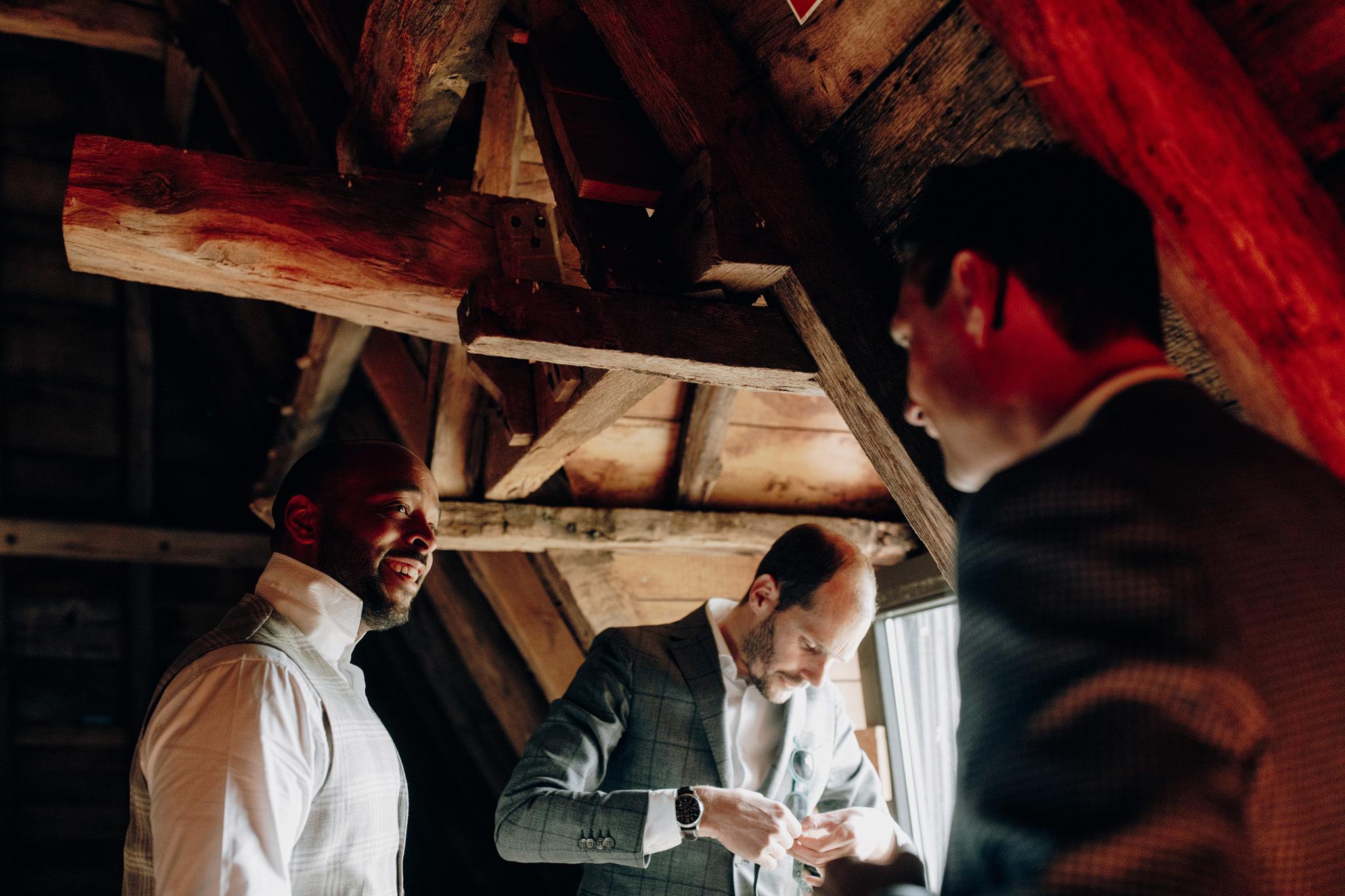 Bruidegom lacht naar vrienden tijdens aankleden bij Kloster Graefenthal
