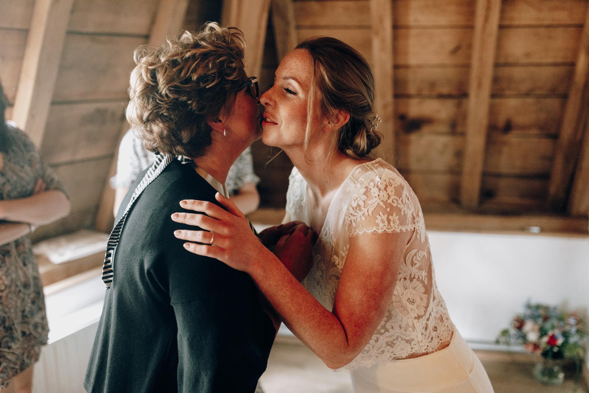 Bruid geeft moeder kus bij Kloster Graefenthal