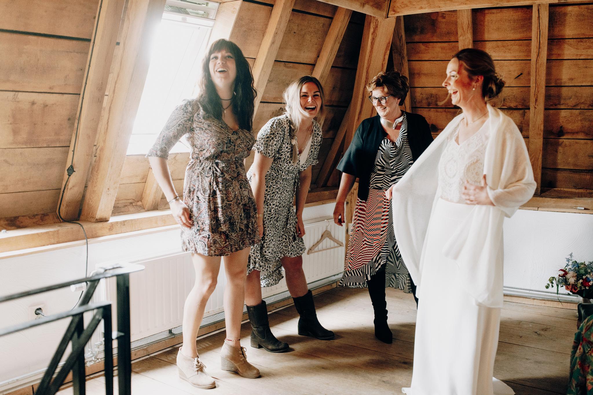 Bruid trekt jurk aan bij Kloster Graefenthal