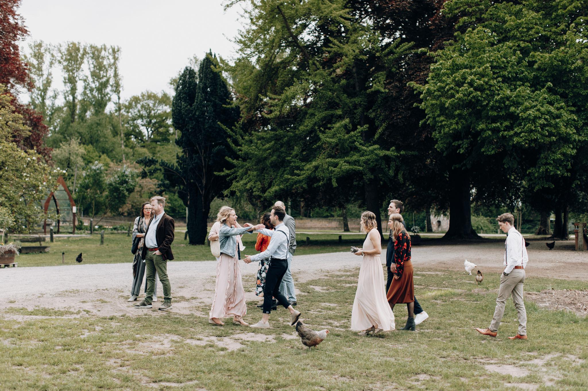 Bruidegom verwelkomd gasten bij Kloster Graefenthal
