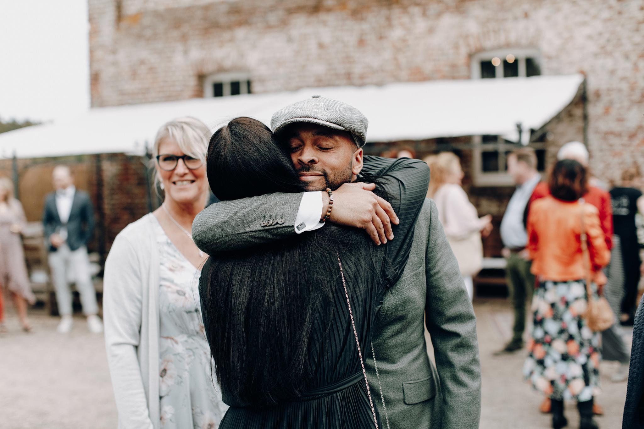 Bruidegom knuffelt gast bij Kloster Graefenthal