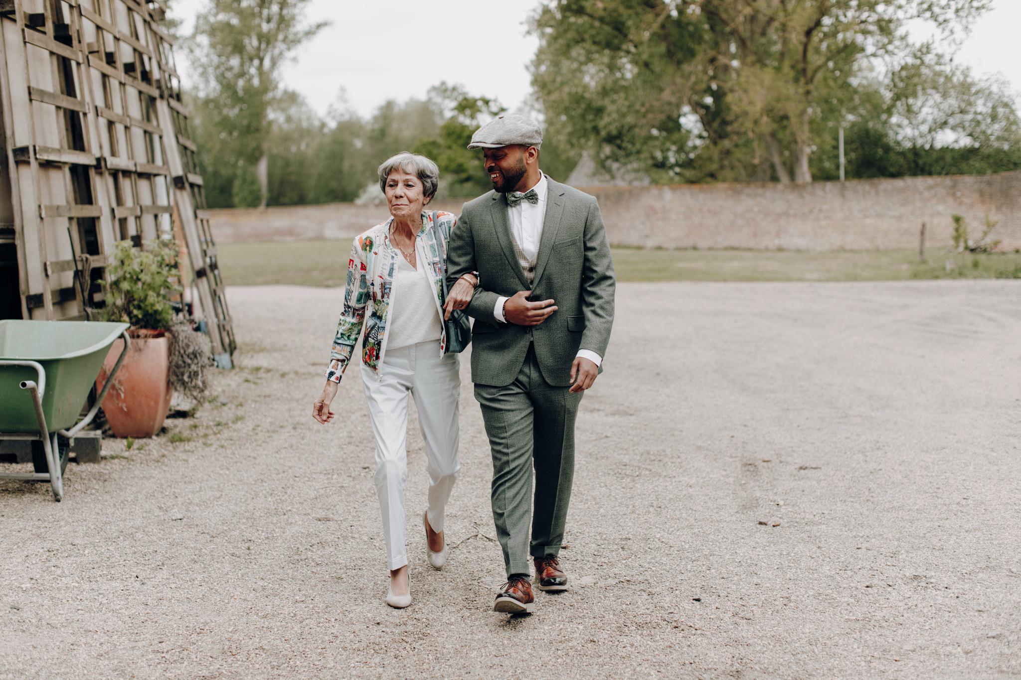 Bruidegom loopt met moeder naar trouwceremonie bij Kloster Graefenthal