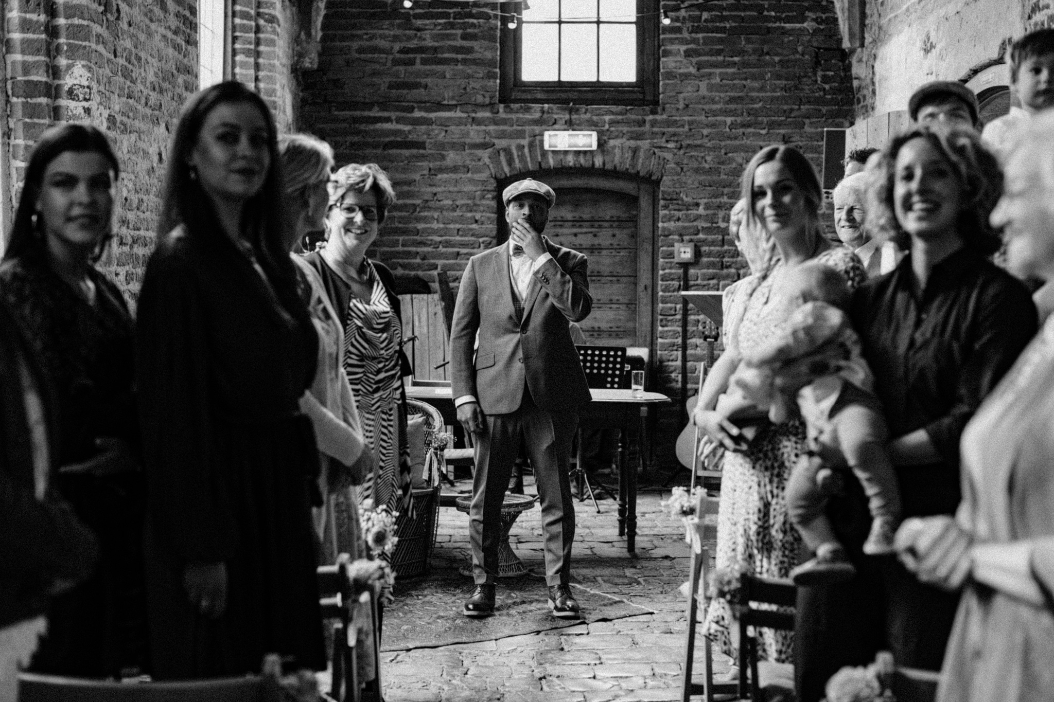 Bruidegom wacht op bruid tijdens trouwceremonie bij Kloster Graefenthal