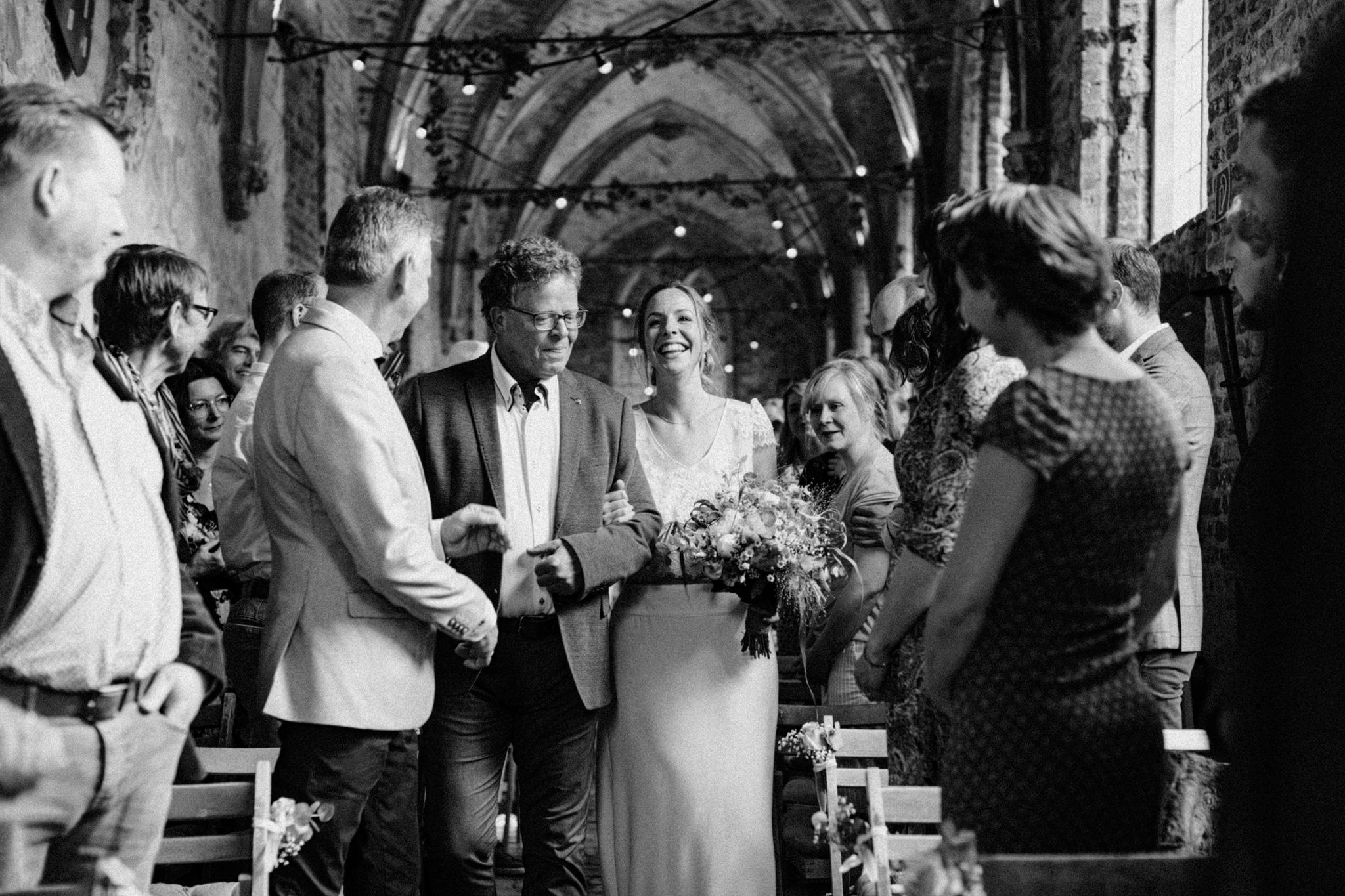 Bruid arriveert bij trouwceremonie Kloster Graefenthal