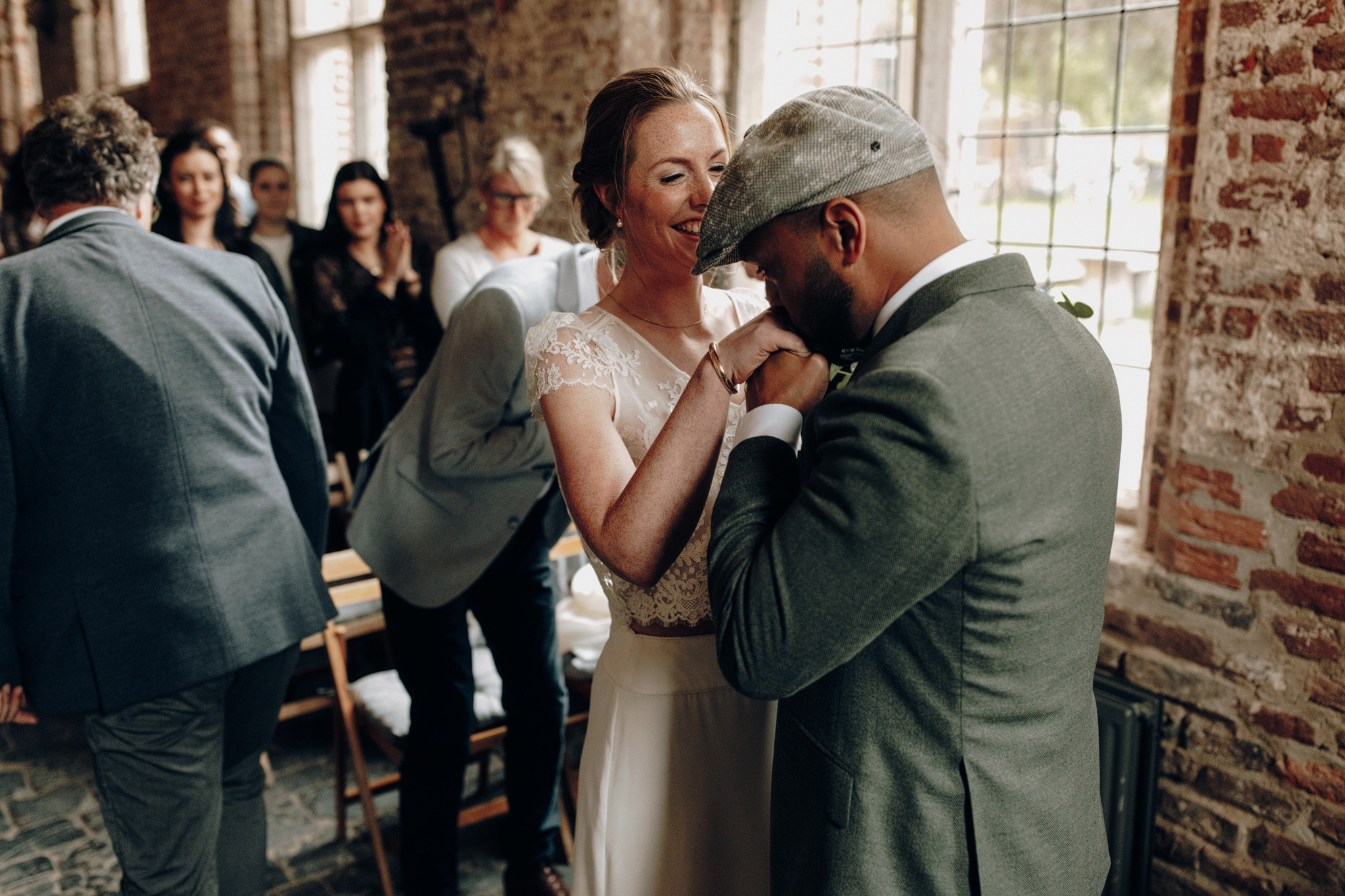 Bruidegom kust hand bruid bij trouwceremonie Kloster Graefenthal