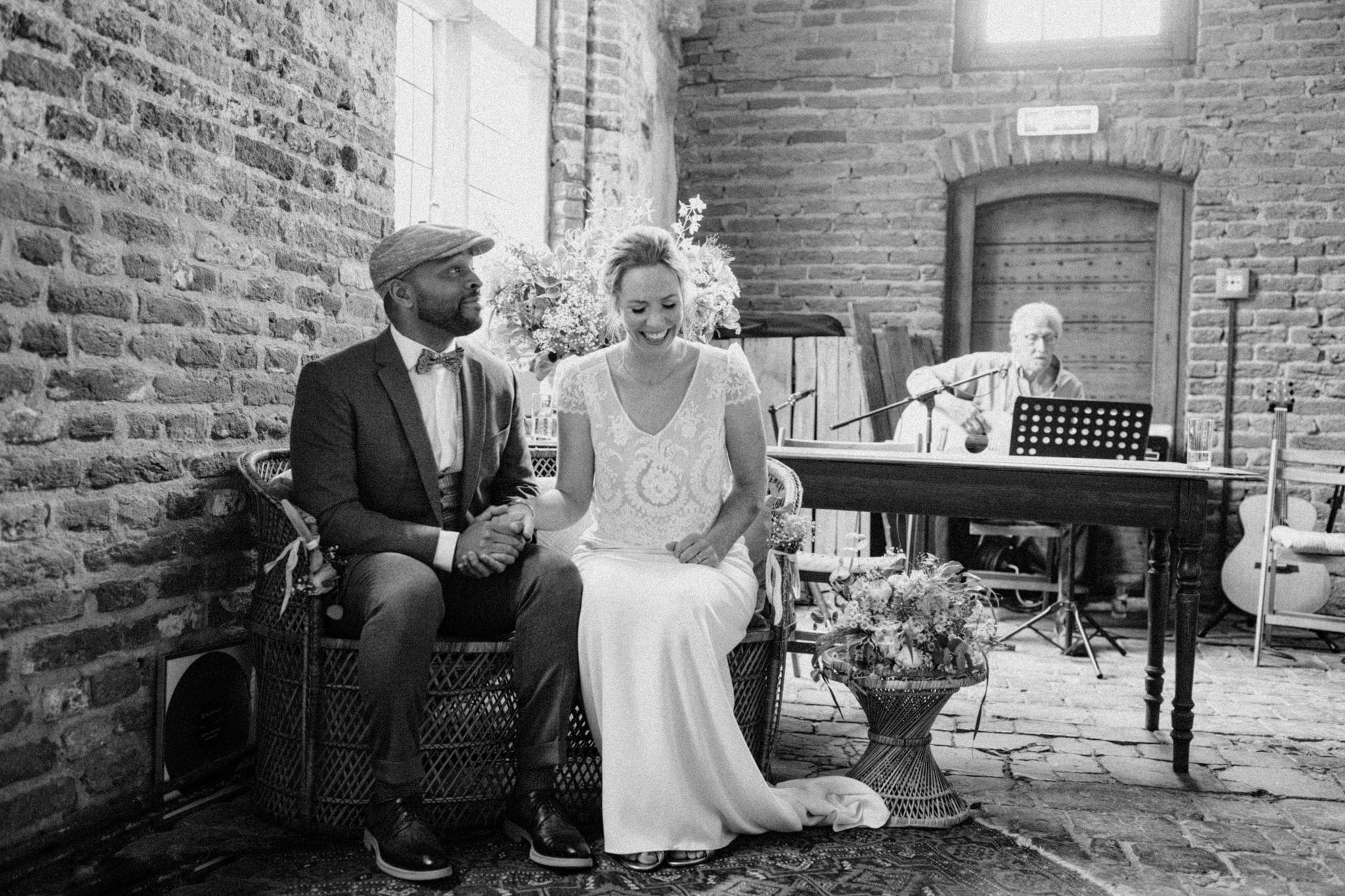 Bruid en bruidegom lachen bij trouweceremonie Kloster Graefenthal