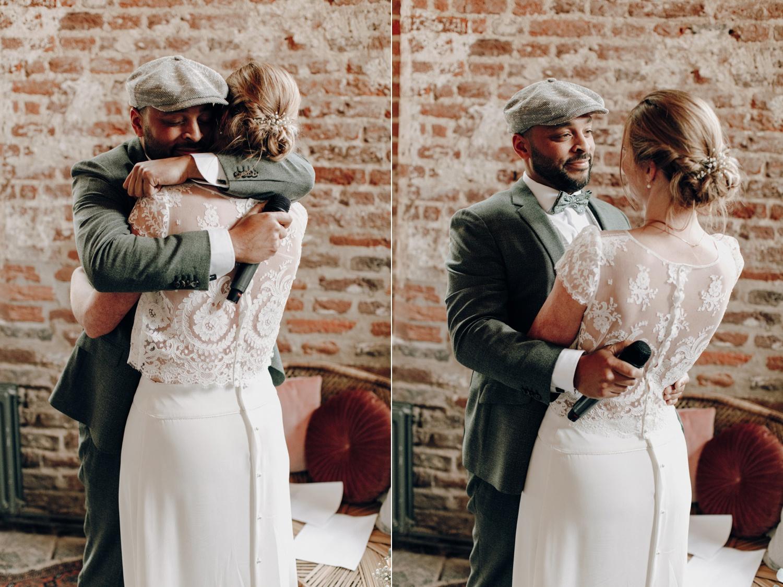 Bruid en bruidegom knuffelen tijdens trouwceremonie Kloster Graefenthal