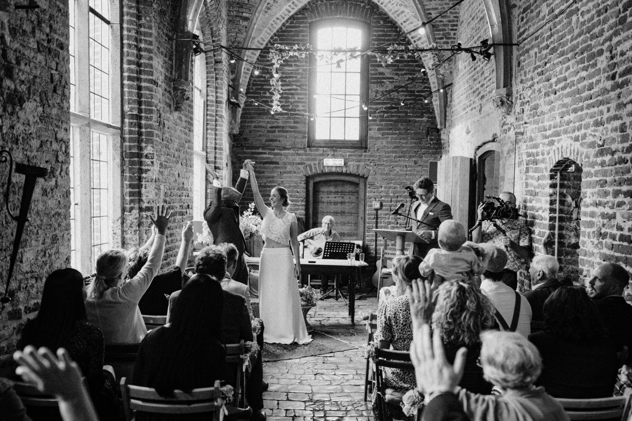 Bruid en bruidegom juichen na trouwceremonie Kloster Graefenthal