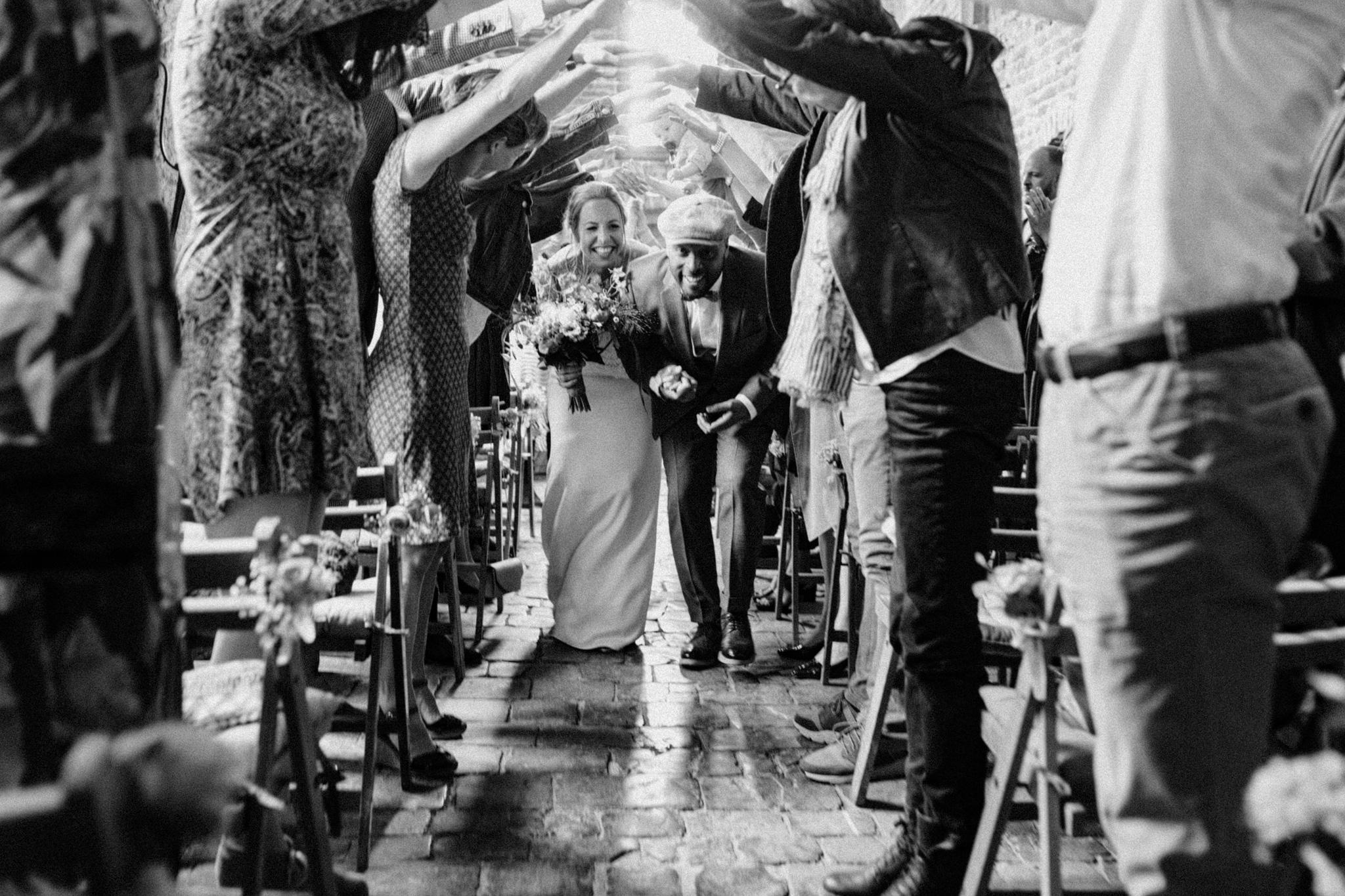Bruid en bruidegom verlaten trouwceremonie na jawoord Kloster Graefenthal