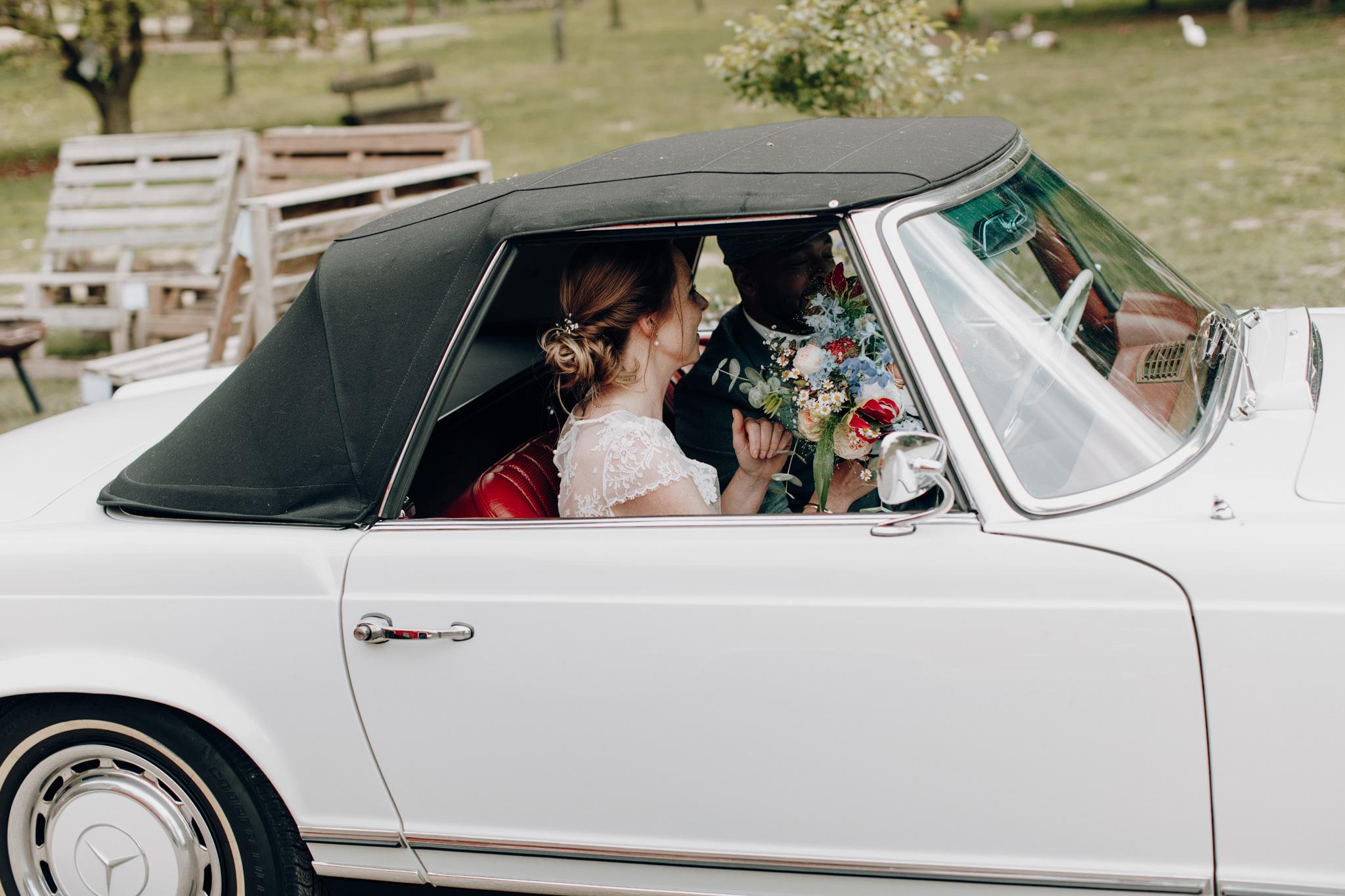 Bruid zit in auto met bruidegom bij Kloster Graefenthal