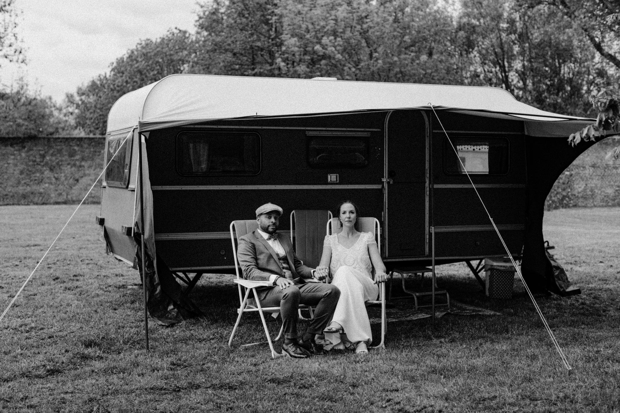 Bruid en bruidegom zitten voor caravan bij Kloster Graefenthal