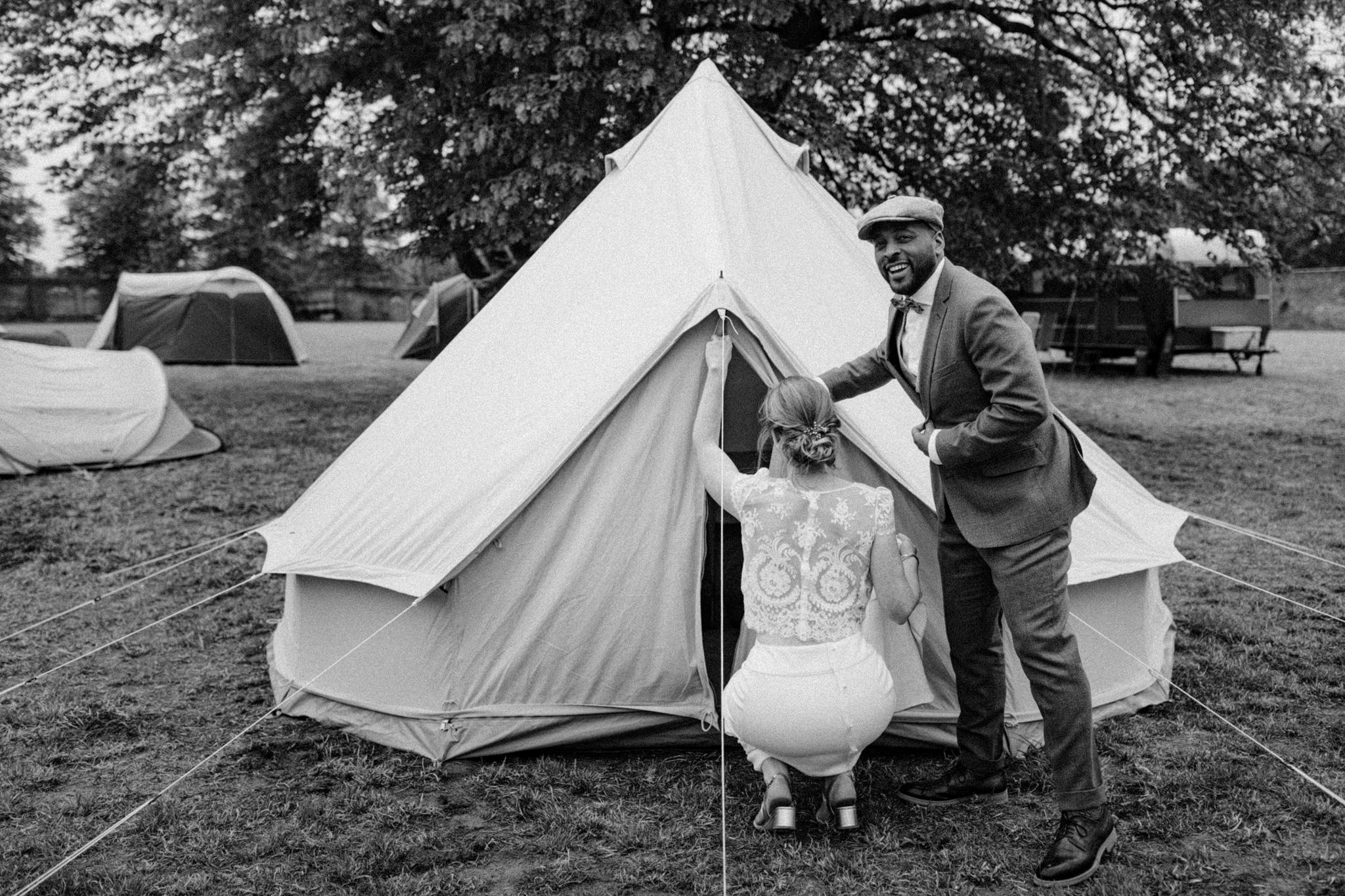 Bruid en bruidegom zitten voor tent op terrein Kloster Graefenthal