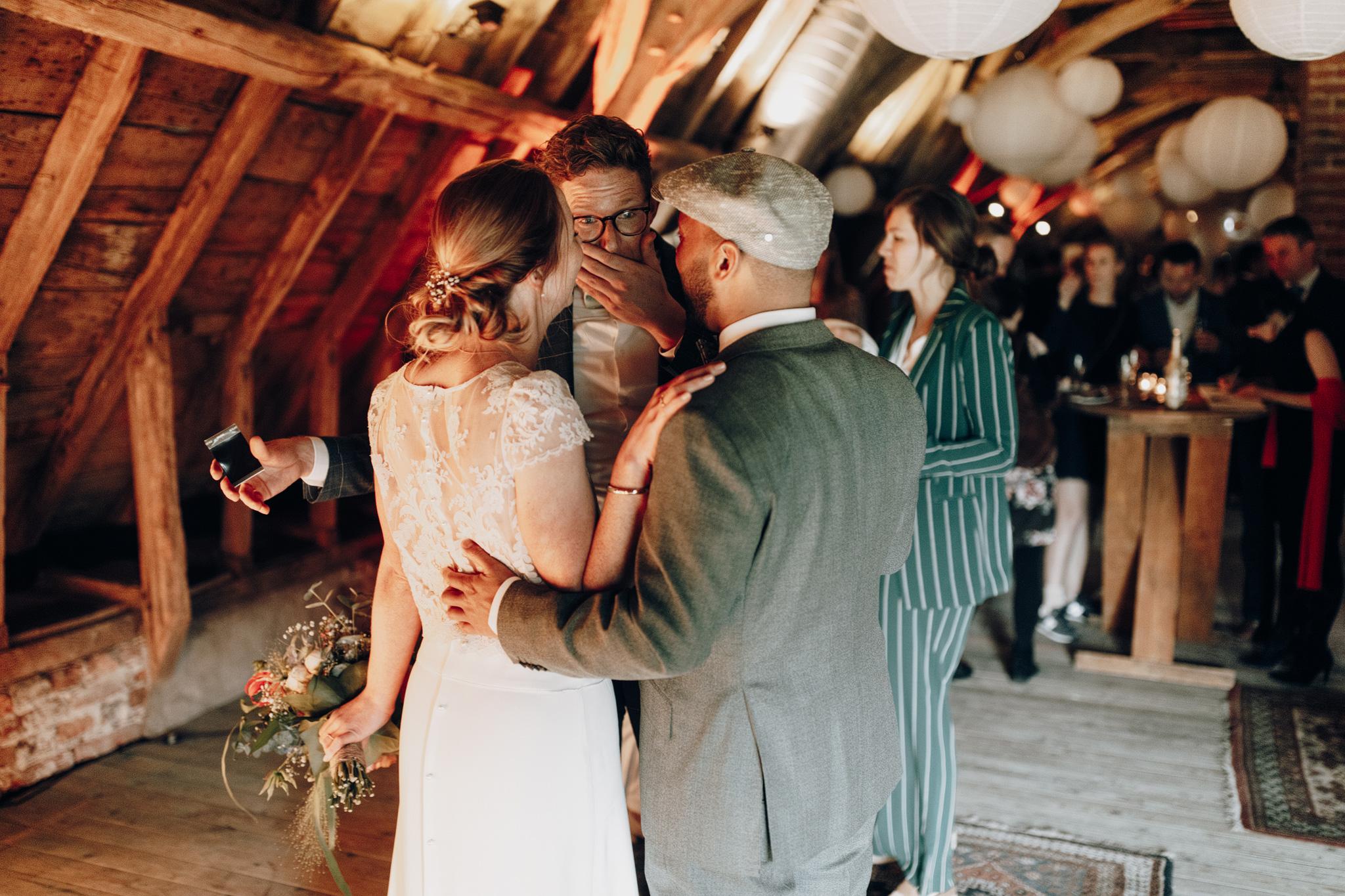 Bruid en bruidegom tijdens borrel zolder Kloster Graefenthal