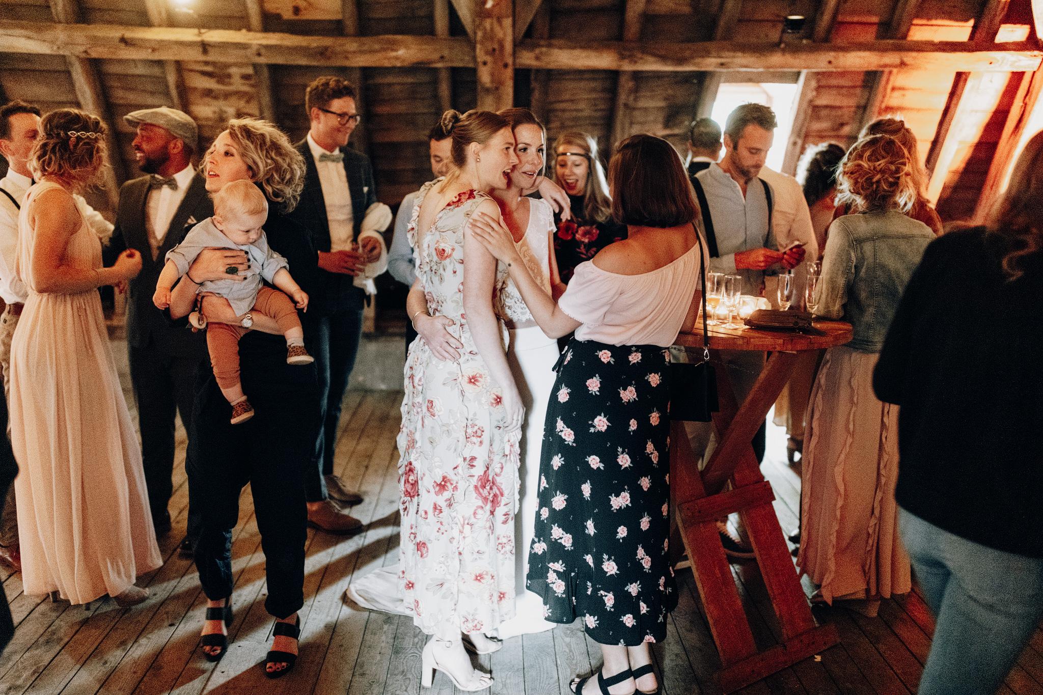 Gasten en bruid op bruiloft Kloster Graefenthal