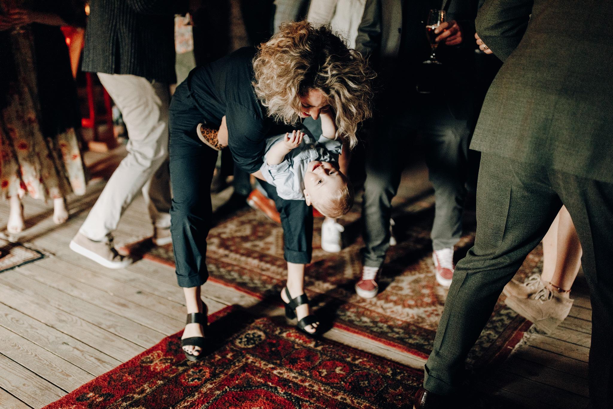Gast danst met kind op bruiloft bij Kloster Graefenthal