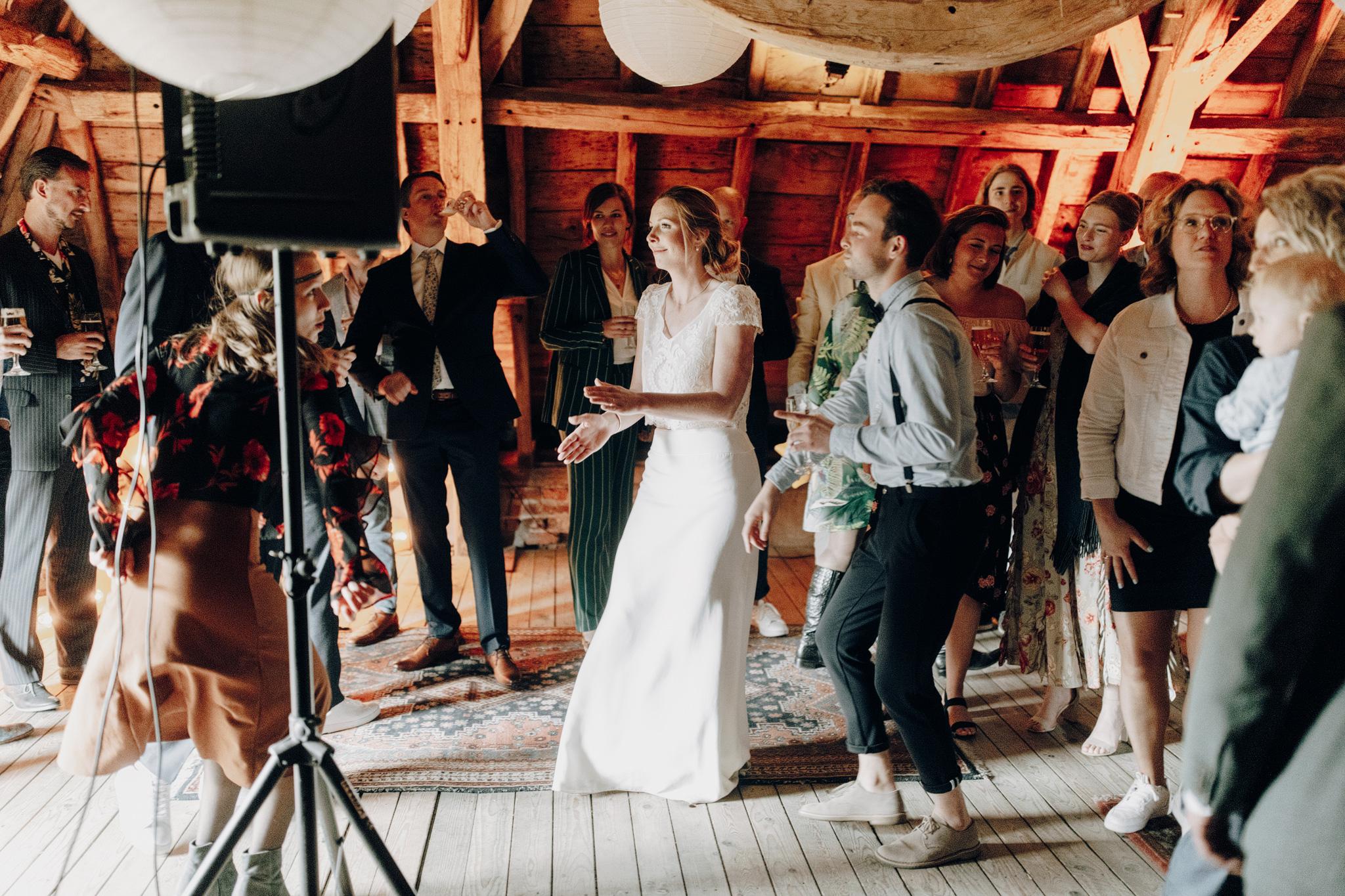 Bruid danst met gasten op Kloster Graefenthal