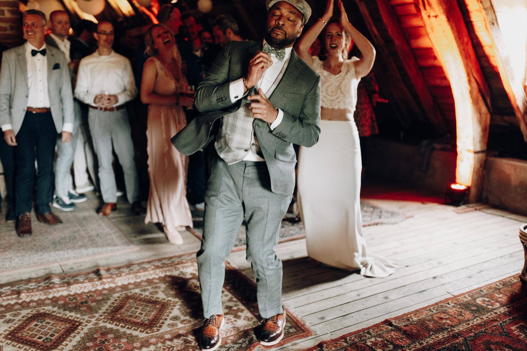 Bruidegom danst bij Kloster Graefenthal