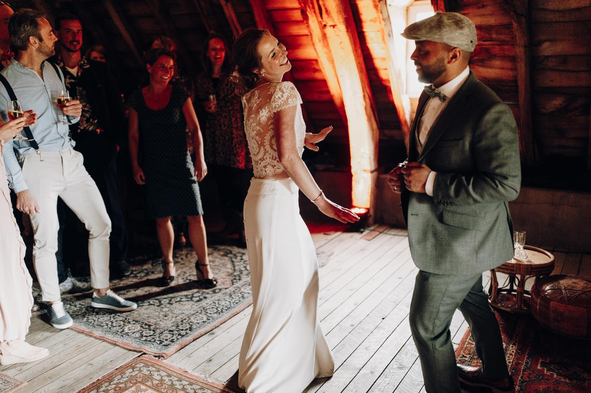 Bruid en bruidegom dansen bij Kloster Graefenthal