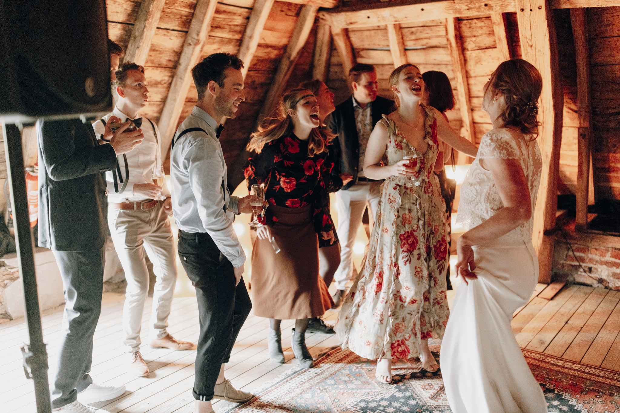 Bruid danst met gasten op bruiloft bij Kloster Graefenthal