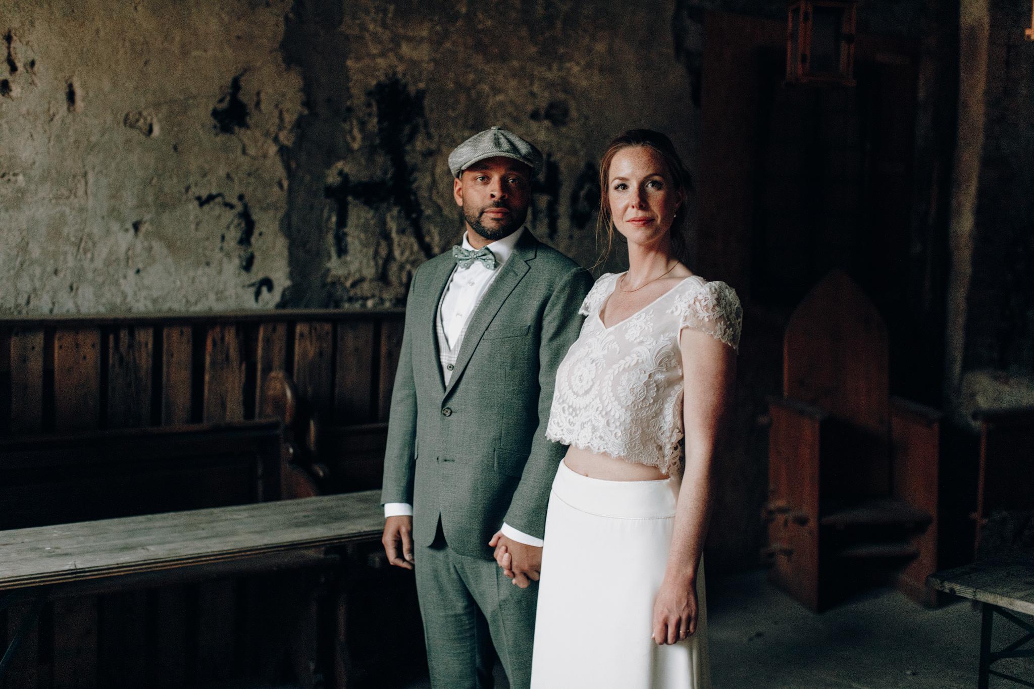 Bruid en bruidegom kijkend naar camera tijdens trouwreportage Kloster Graefenthal
