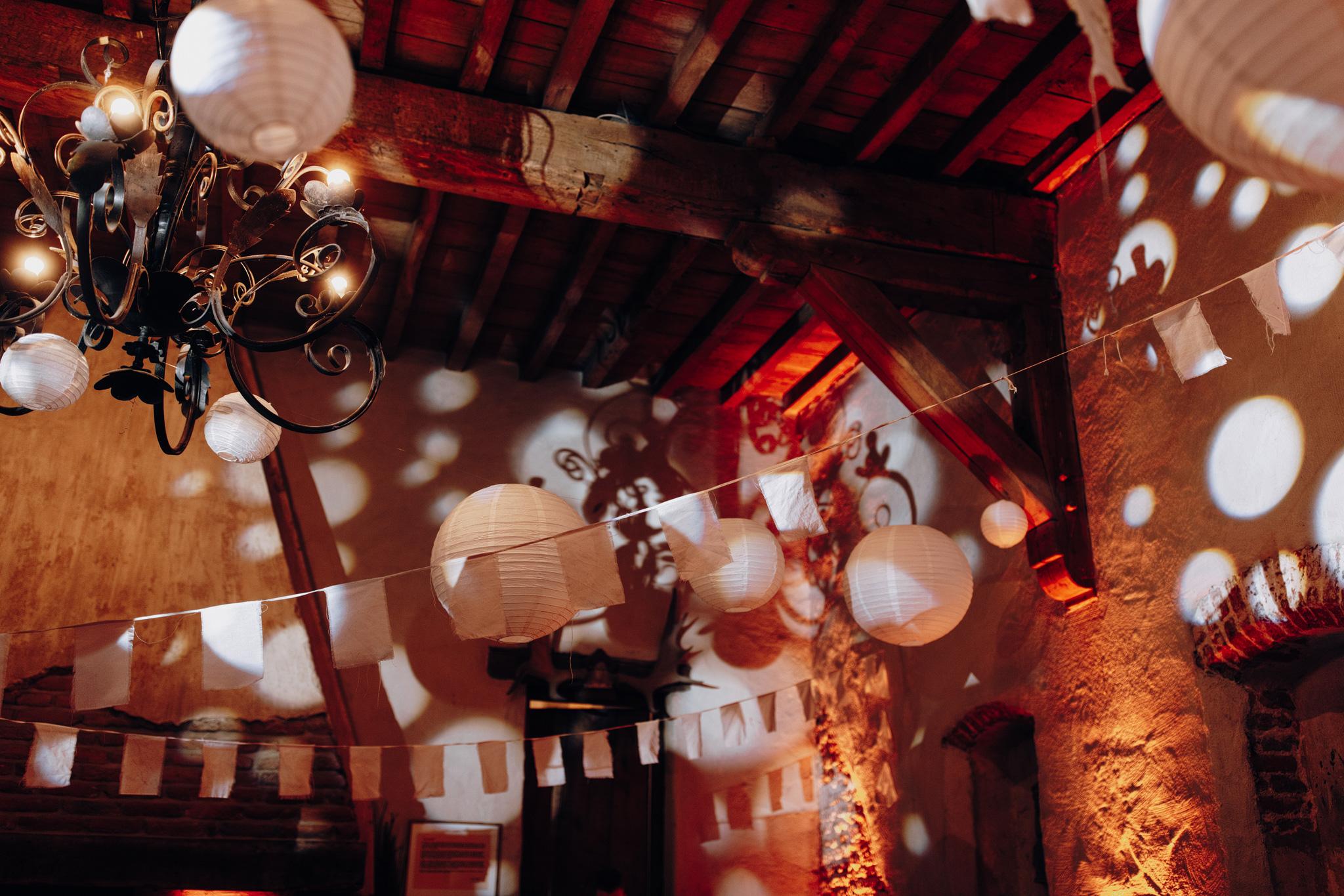 Barzaal met feestverlichting bij Kloster Graefenthal