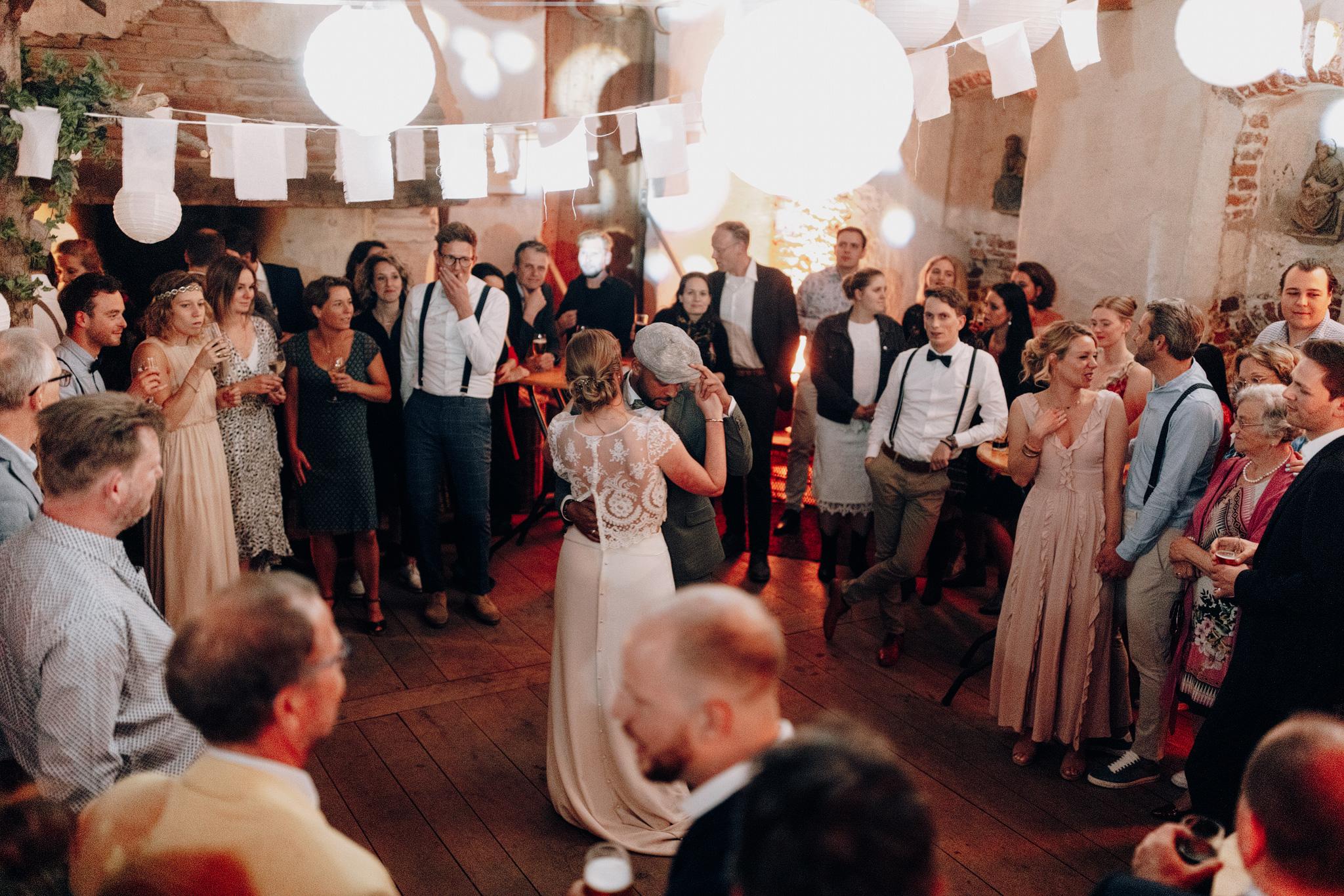 Bruid en bruidegom eerste dans bij Kloster Graefenthal
