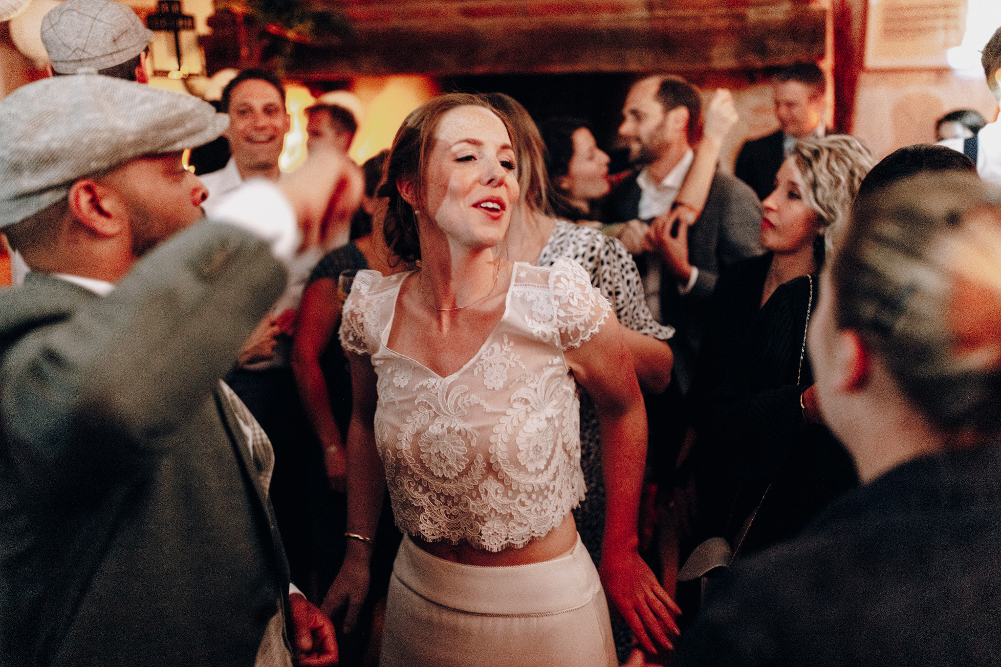 Dansende gasten met bruid tijdens feest bij Kloster Graefenthal
