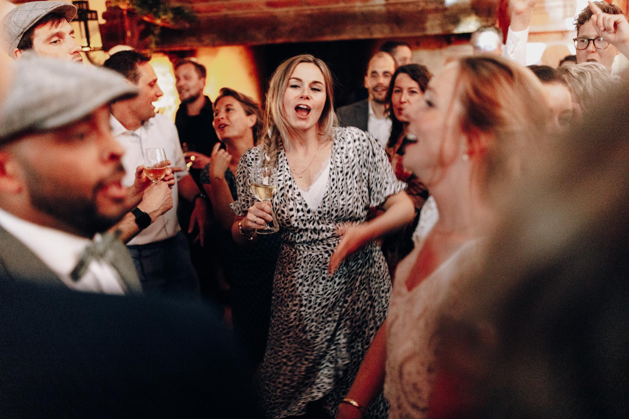 Dansende gasten tijdens feest bij Kloster Graefenthal