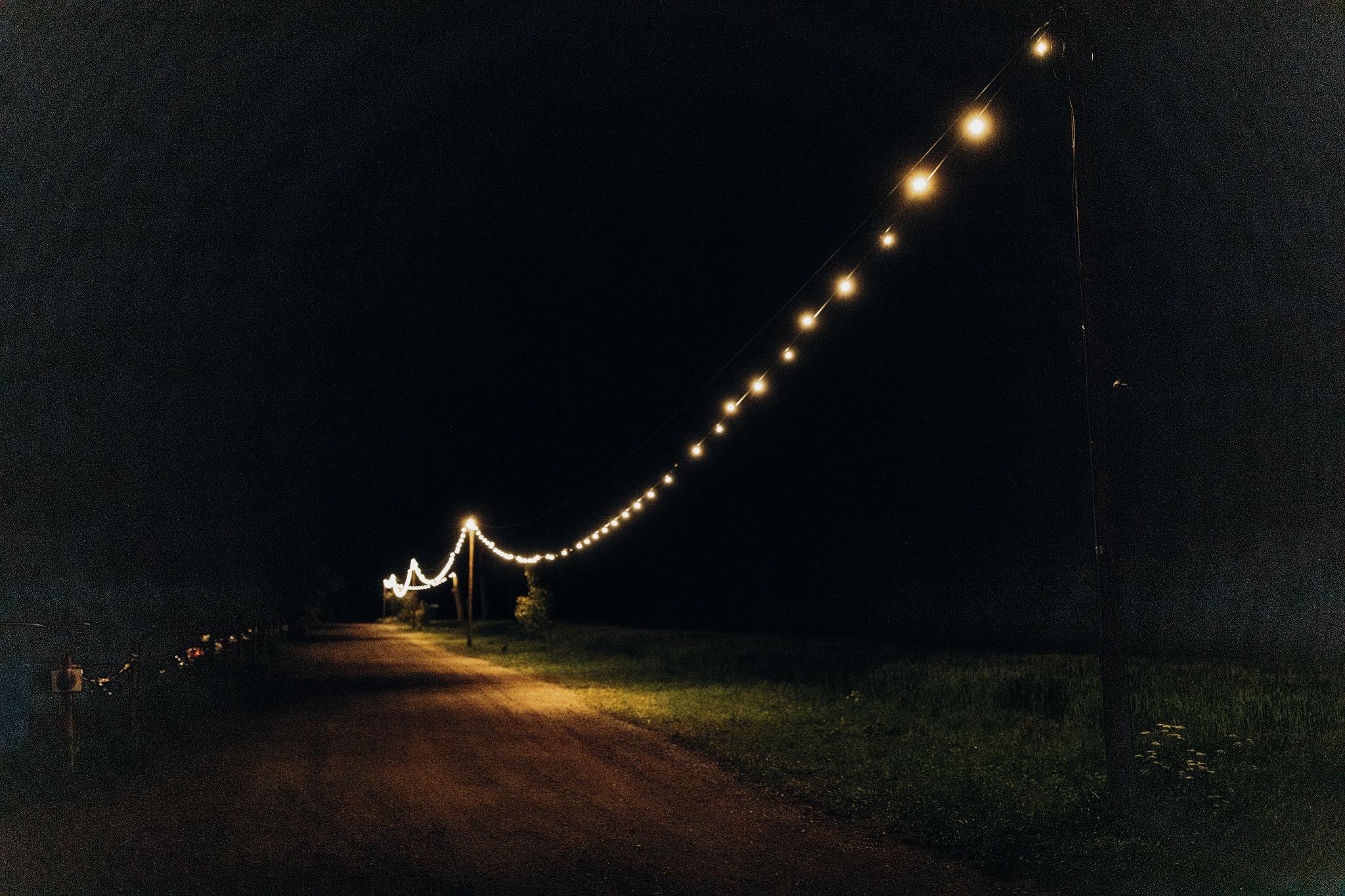 Verlichte weg naar Kloster Graefenthal in de avond