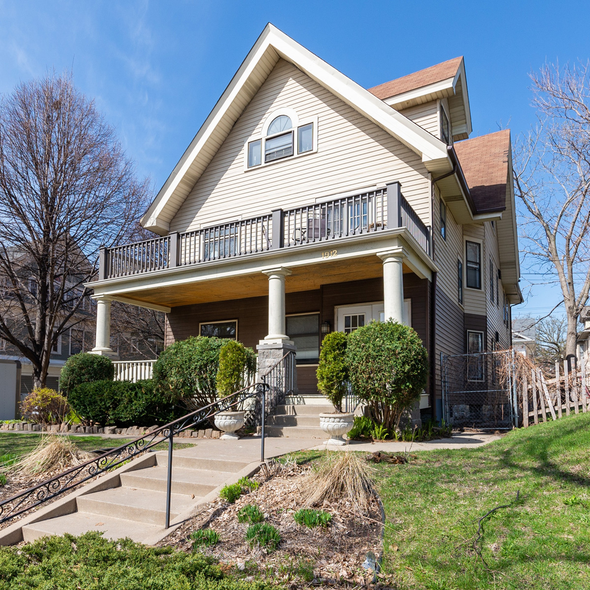 FOR SALE1912 EMERSON AVE S - Lowry HillMinneapolis, MNGreat investment opportunity located in the heart of Minneapolis's Lowry Hill neighborhood! 2 condos available in the same building to purchase as a package or individually.Download brochure