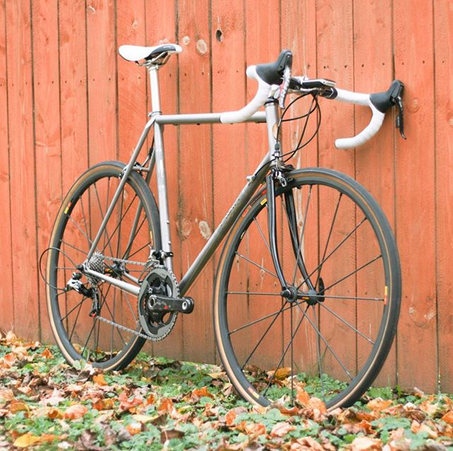 While @chriskingbuzz may have retired #Cielo, this may still hold onto the top spot as my favorite bike of all time. Sportif Racer SE, one of only a few made in stainless steel from KVA. Clearance for 30c tires, as well. . . . #chrisking #chriskingbuzz #mavic #sram #sramred #sramred22 #rsys #stainless #stainlesssteel #musa #roadbikes @loves_road_bikes @maviccycling @sramroad