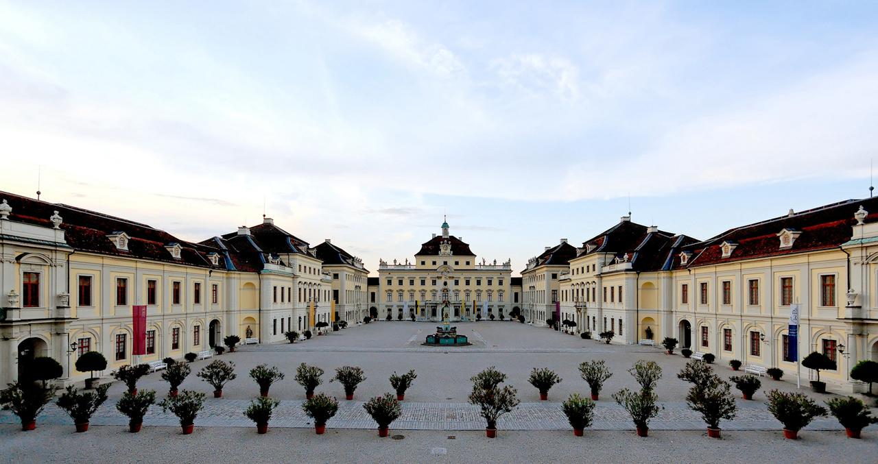 Schloss_Ludwigsburg_Hof_01.jpg