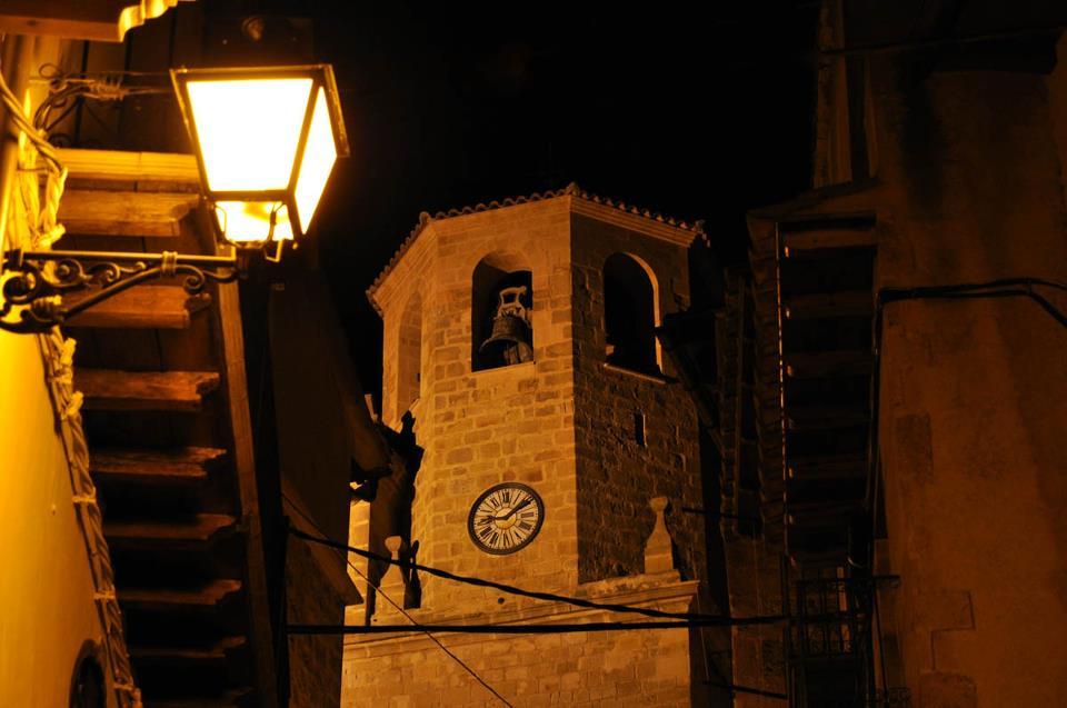 campanario iglesia nocturno javier de luna.jpg