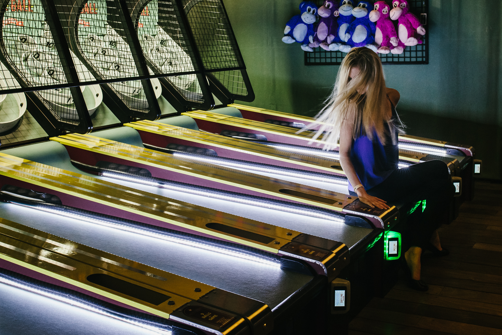 street photography image of woman on skeeball game at skyline park from atlanta clickin walk 2017