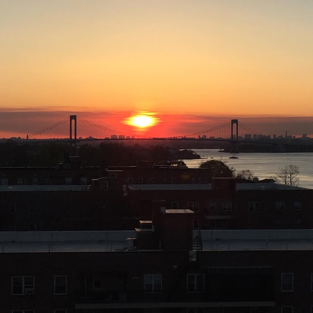 Always a gorgeous view from Cryder House in Beechhurst 📸: @lauumariee                 #queenssunsets #Beechhurst #whitestone #whitestonebridge #beechurstqueens #whitestonequeens #queenscapes #cryderpoint #cryderhouse #springinqueens #queensnyc #queenslove #itsinqueens #heartofqueens  (at Cryder House)
