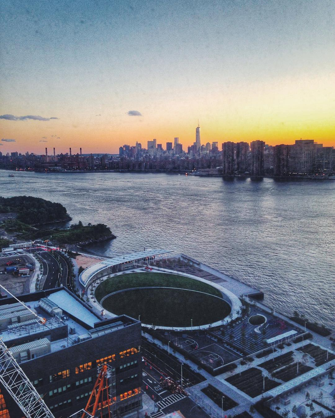 """Throwback to before Hunters Point South Park in Long Island City was completely finished and they just started building the """"affordable"""" housing.                #changingqueenscapes #queenscapes #heartofqueens #queensnyc #queensny #heartofqueens #2013 #tbt #itsinqueens  (at Hunters Point South Park)"""