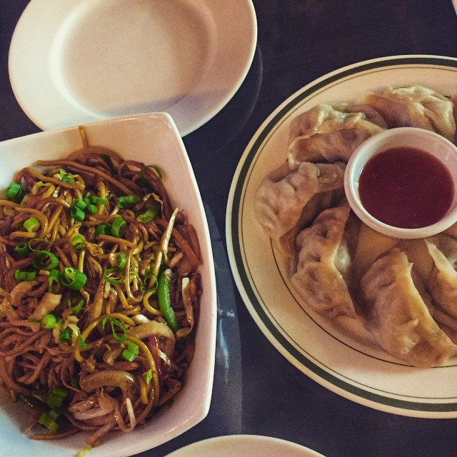Day 14/100: Trying to convince my college roomie that it's time to move to what is obbbbbviously the best borough 😜.  Argument 1: momos      #jacksonheights #jacksonheightsny #queens #queensnyc #heartofqueens #queensistasty #littletibet #100DaysOfQueens (at Little Tibet NYC)