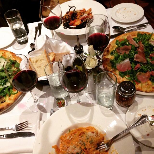 """Now that's an Italian dinner"" via @rebmaxrac #lic #manettas  (at Manetta's Ristorante)"