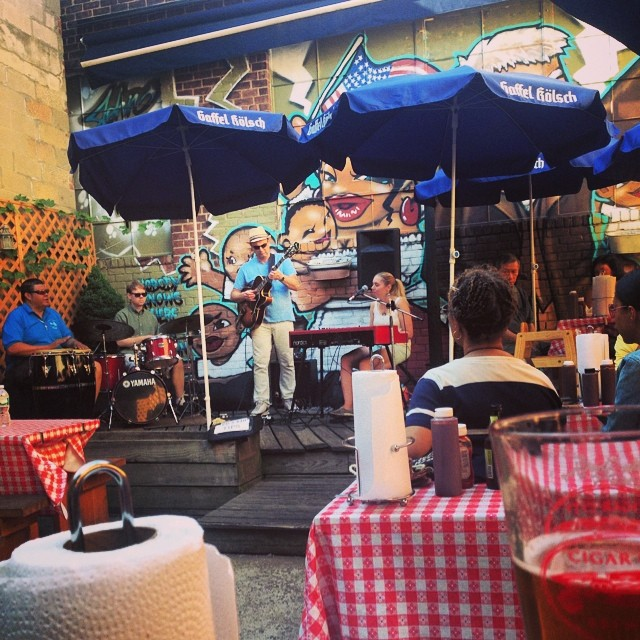 Some live music @johnbrownalchemy via HOQ correspondent @rebmaxrac 😀😀#lic (at John Brown Smokehouse)