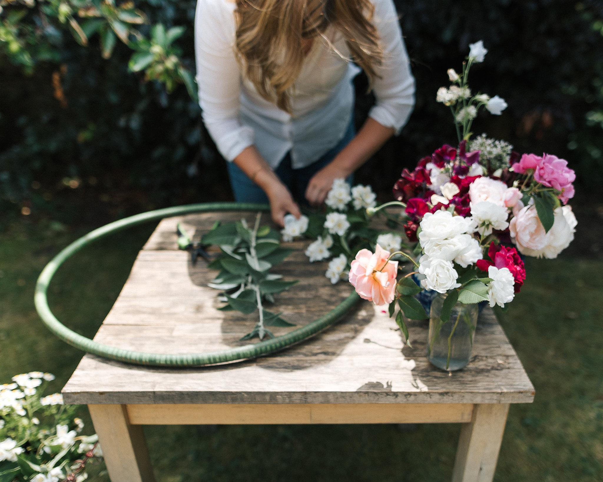 Make a floral hoop decoration - summer party styling
