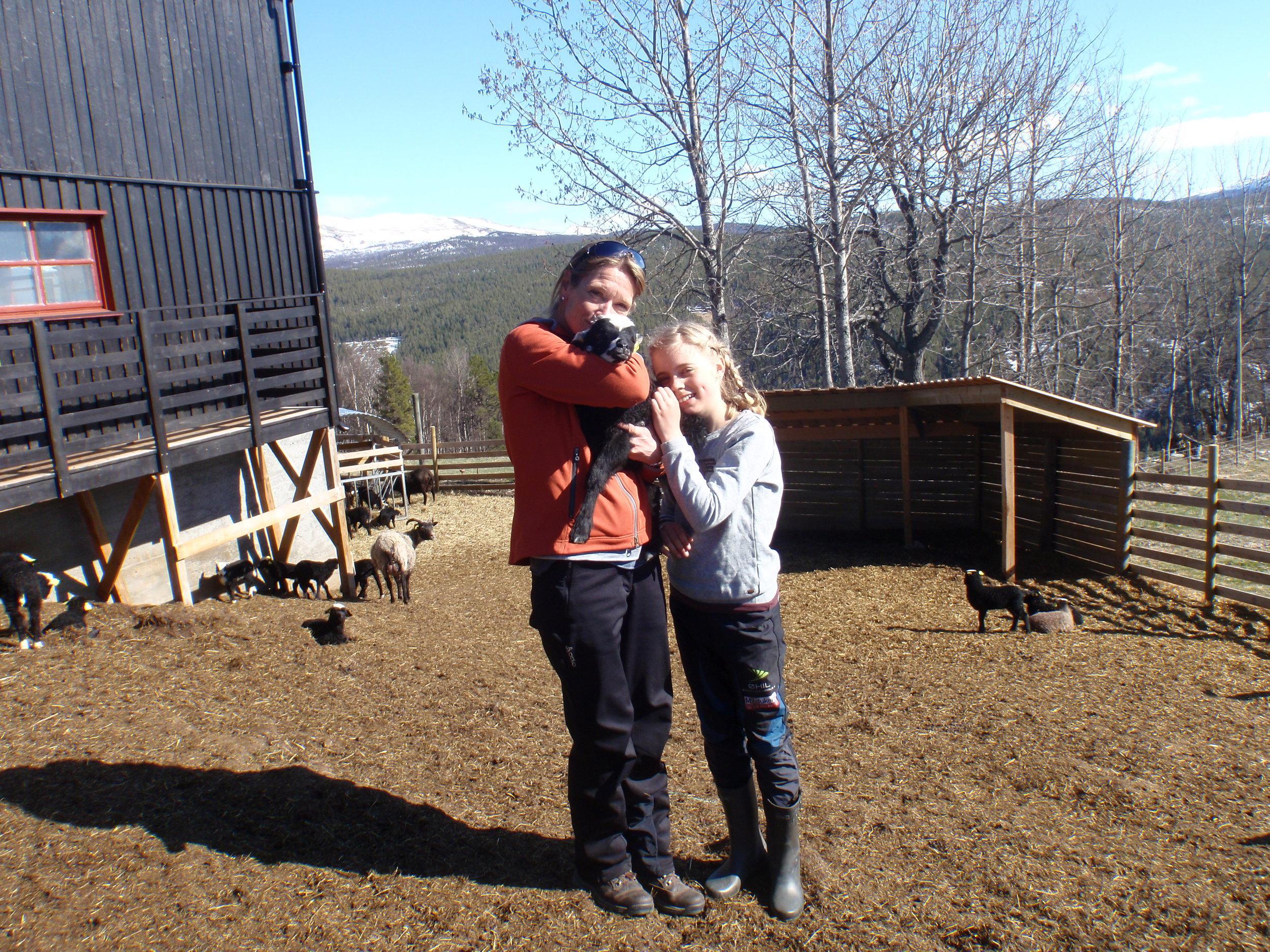 Jannicke og Karina. Kos med lammene.