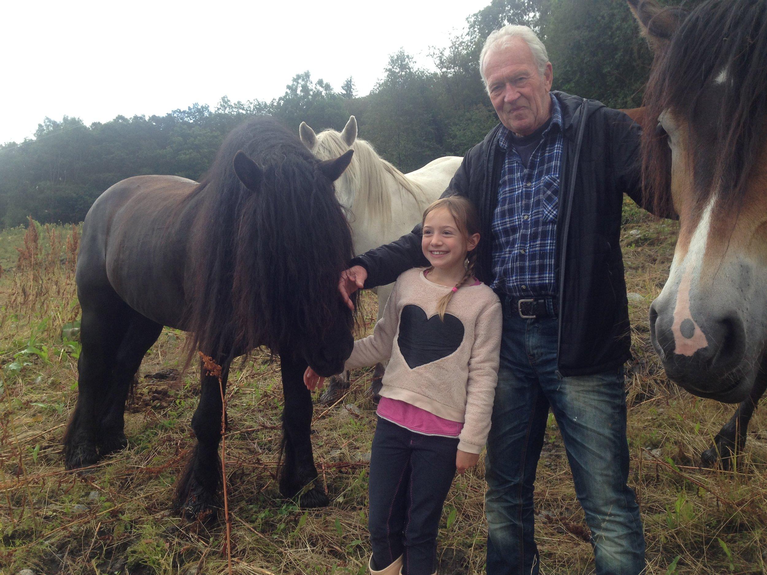 Sigrid og bestefar besøker Haugajo, som har gått med 9 hopper sommeren 2017 i Heidal