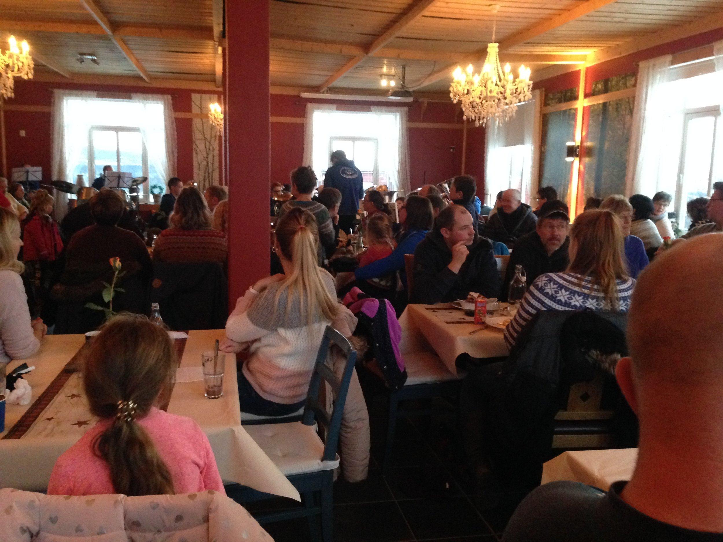 Etterpå spilte Skåbu skolekorps julesanger for en fullsatt Rødhette og Ulven. Her var stemningen på topp!