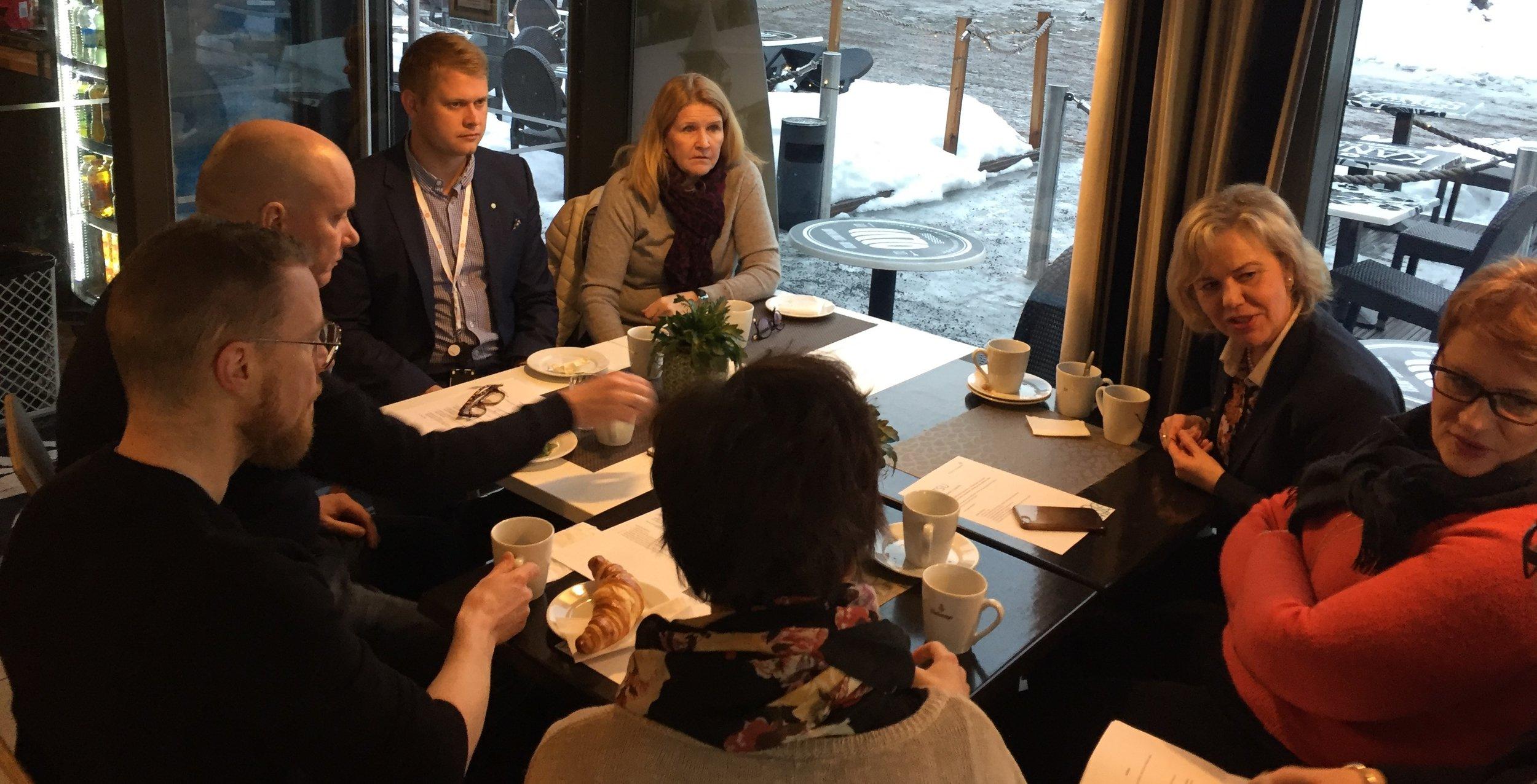 Pöydän ympärillä ovat vasemmalta alkaen Vesa Orhala, Petri Piipari, puheenjohtaja Matti Arola, Päivi Leijamaa, Kirsi Tuomala, Sari Puhilas ja Anne Sjögren.
